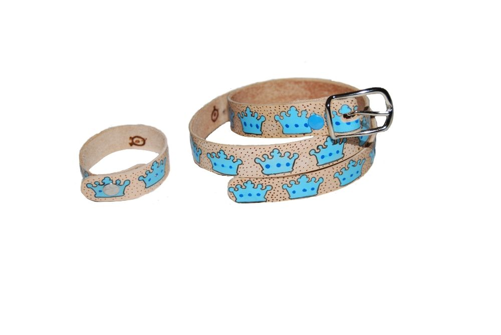 Cinturón de piel con coronas azules pintado a mano