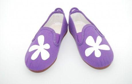 zapatillas violetas con flores blancas